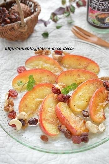 リンゴのココナッツオイルソテーに、ナッツのはちみつ漬けがよく合います。健康と美容にいいものがいっぱいの、嬉しいスイーツです。