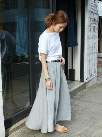 白Tシャツ×リラックスマキシスカート。