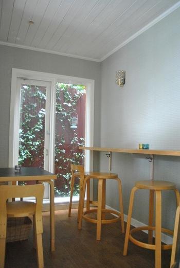 お店の奥には、カフェスペースも。フィンランドの「ロバーツコーヒー」や「ノードクヴィスト」のアロマ紅茶なども頂ける様です。アルテックの椅子やスツールでゆったり♪