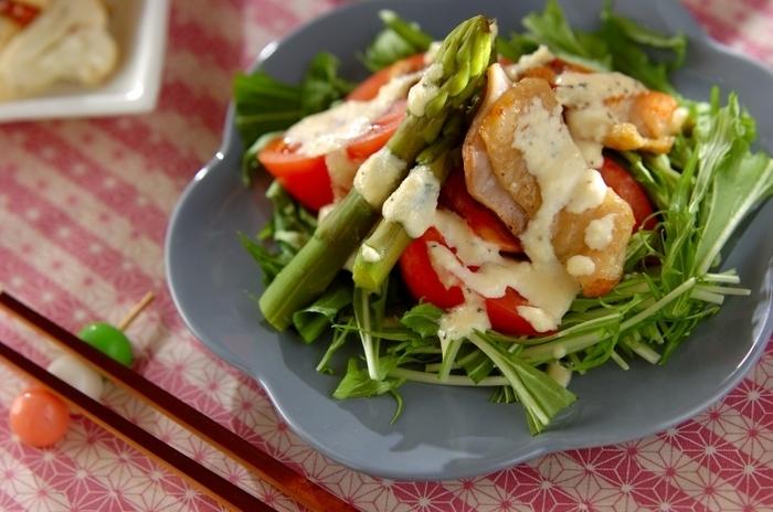 チキンを簡単にソテーして、お野菜と和えるだけで簡単にたっぷり栄養が摂れるので忙しい日にぴったり!チキンはコンビニのサラダチキンなどで代用をしてもいいですね。バランスよく摂るためには、ちょっとしたひと手間が大切。