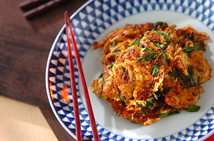 できあいのうどんを使って、カリッと焼いたお好み焼き風に。味付けはキムチとチキンスープのもとのみ。材料を混ぜ合わせてカリッと焼きあげるだけの簡単レシピです。簡単だけど、お腹も大満足しちゃいそう!