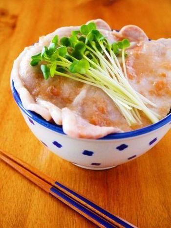 生姜焼き用の豚ロースと梅干しがあれば、夏バテだって吹き飛ばしちゃう栄養満点なお手軽丼がつくれます。豚肉も、焼かずにレンジでチンでOKなのがポイントです!