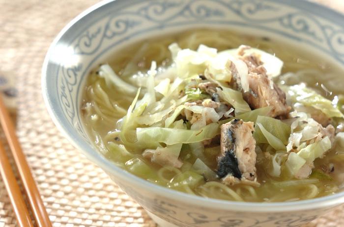 いつものインスタントラーメンも、鯖缶とチキンスープのもとを使えば、一味違った料理に早変わり!さっぱりとしたスープと鯖の出汁がたまらなく美味しい一品です。