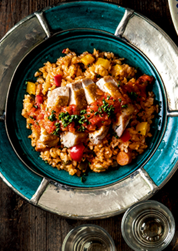 異国の香りが漂うジャンバラヤは、アメリカ南部の家庭料理「ケイジャン料理」の一つ。チリソースやチリパウダーを使ったホットな味わいがクセになりそう!