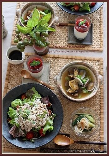 あまり食欲がなくてもガッツリ食べられる、豚しゃぶサラダ寿司の献立。酢飯の酸味で食欲増進!あさりとキャベツのチゲ風スープやいかときゅうりの梅肉和えなど、味の変化で食べやすい工夫が詰まった献立です。ちょっとしたおもてなし料理にもいいかも。