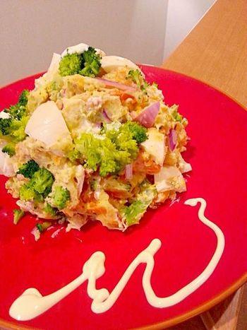 マヨネーズも油も使わず美味しく、デパ地下惣菜のようにおしゃれなポテトサラダ。美味しさの秘密は、水切りヨーグルト。華やかなのでパーティーにもいいですね!