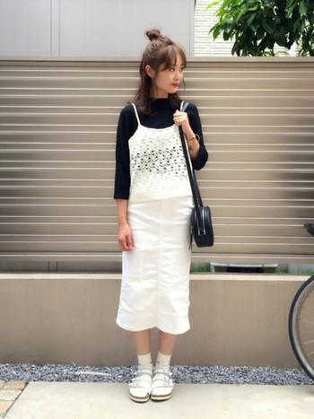 甘くなり過ぎないように黒のカットソーやデニムスカートと合わせたコーディネート。足元は、スポーツサンダル+靴下でカジュアルな印象に。