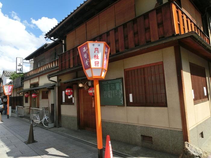 ぎおん徳屋は、祇園花見小路通に面して店を構える町屋建物の甘味処です。町屋建物の店舗は、一見するとカフェとは思えないほど風情があります。
