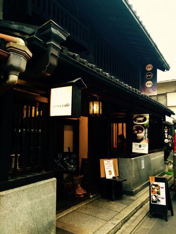 オモ カフェは、京都市民の台所ともいえる錦市場近くの町屋カフェです。虫籠窓のある建物が、周囲の古い建物とよく調和し、京都らしい風情が漂っています。