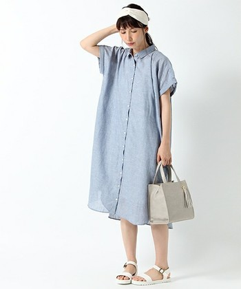 涼やかな夏らしい風合いのシャツワンピースは、カジュアル感ときちんと感のバランスが絶妙な1枚。オーバーサイズで華奢みえするので、女性らしさも♡