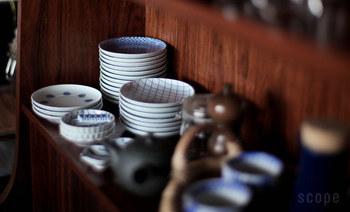 そうめんに欠かせない、薬味類。せっかくだから、日本文化を感じる和食器に盛り付けたいですよね。「東屋(あずまや)」の印判小皿は、使い勝手の良いサイズと、キレイに重ねられる、日本ならではの伝統的な美学が詰まっています。手作業の印判染付けによる柄は、少しズレがあったり、一枚一枚個性があるのも愛着がわきそうです。