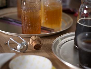 冷えたグラスを運ぶときや、そのままテーブルに置いても絵になる、「東屋(あずまや)」の真鍮製のお盆。どこか懐かしさも感じる佇まいは、テーブルコーディネートのスパイスになりそう。デザインは、東屋のプロダクトをいくつも手がけている猿山修(さるやまおさむ)さんです。