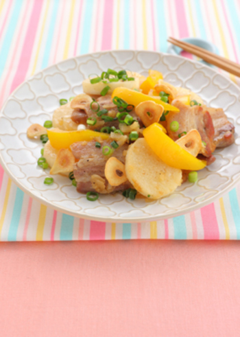 ガッツリした料理の気分じゃない時は、レモンを使ったこちらのレシピがおすすめ。豚肉と山芋をさっぱりいただけます。すりおろして食べることが多い山芋は、炒めて食べることでサックリとした食感が楽しめます。