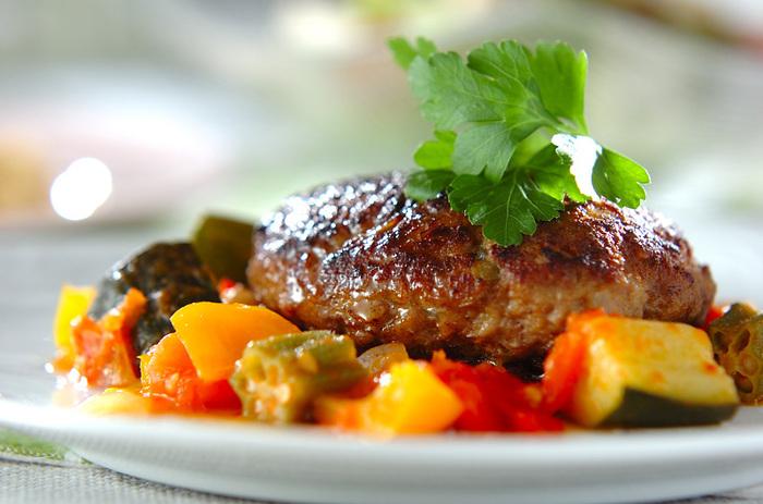 彩り豊かな夏野菜を添えたハンバーグのレシピです。トマトをベースとしたシンプルなソースは、夏野菜のおいしさがぎゅっと詰まっています♪華やかでお肉と野菜のバランスがいい夏料理、ぜひマスターしておきたいですね!