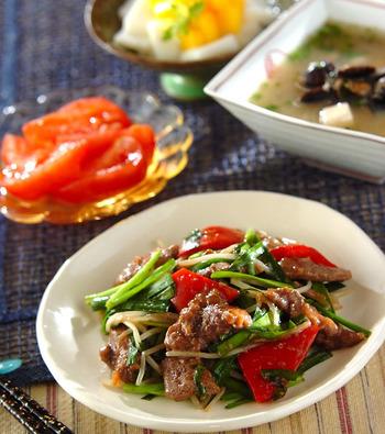 ニンニクをきかせたレバニラ炒めをメインにした献立です。がっつりレバニラとバランスをとるために、副菜にはさっぱりとしたトマトのおろしショウガ和えを添えて。夏の冷え対策にも効果的ですよ♪