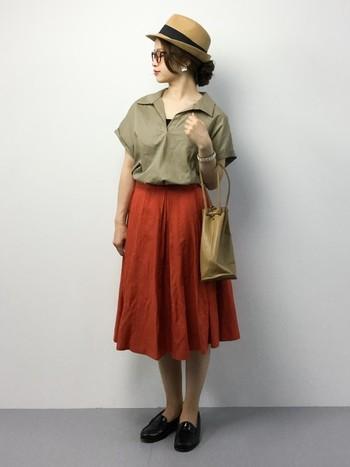 抜け感のあるスキッパーシャツとテラコッタカラーのフレアスカートを合わせたコーディネート。ローファー、めがね、バッグなどの小物できちんと感をプラスしています。