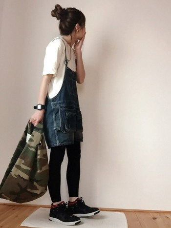 迷彩柄のバッグをポイントに。スニーカーはシンプルな黒のハイカットを。