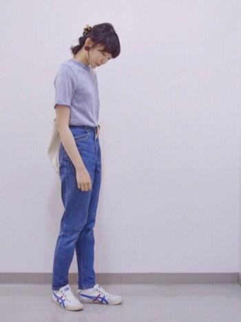 Tシャツにデニムのシンプルなスタイルに合わせて白いスニーカーを合わせたスタイル。サイドの赤と青のラインがシンプルなスタイルのアクセントに!