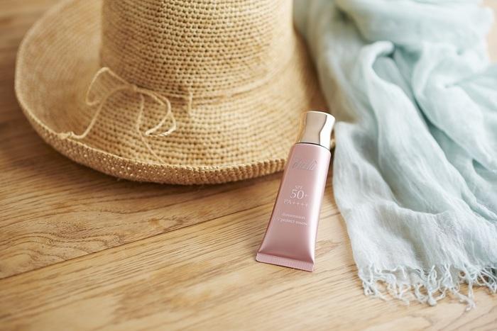 そんな方におすすめなのが、ここちいいと感じることで肌と心を美しくする化粧品ブランド「ディシラ」の日やけ止め用美容液「ディシラ ドレスレッション UV プロテクト エッセンス」。 1991年に創業し、今年25周年を迎えるディシラは、良質なアイテムを厳選して愛用する美容感度の高い方を中心に、美容系クチコミサイトなどでも高い評価を得ています。