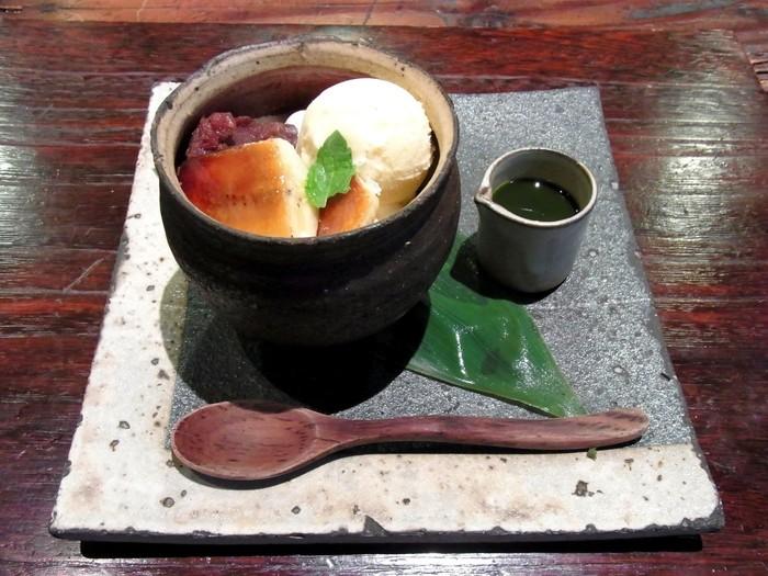 京都での街歩きに疲れ、甘いものが食べたくなったときは和スイーツがおすすめです。定番スウィーツのオモパフェには、抹茶プリン、パウンドケーキ、粒あん、白玉など様々な甘味が凝縮されています。