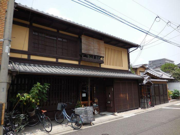cafe marble(カフェ マーブル)は、京都市内中心部を東西に走る四条通近くの町屋カフェです。町屋格子が美しい一軒家カフェのcafe marble(カフェ マーブル)の周囲は、大勢のビジネスマンや観光客で賑わい、ビルが立ち並ぶ、四条通の喧騒が嘘のように静かです。