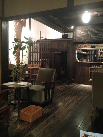 風情ある町屋格子の扉を開き、店内に一歩足を踏み入れると落ち着いた空間が広がっています。和を基調としたレトロな内装はとてもお洒落で、居心地の良い雰囲気が漂っています。