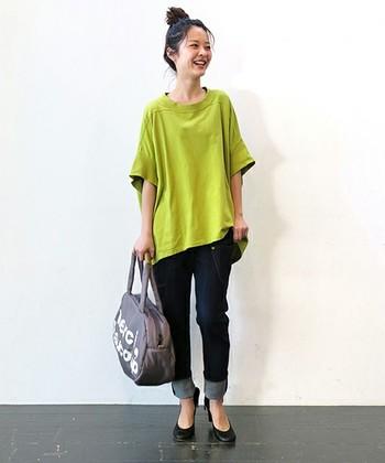 ダボッとしたTシャツ×デニムでつくるカジュアルなスタイリング。袖丈とヒールの組み合わせが、カジュアルすぎない印象を与えます◎