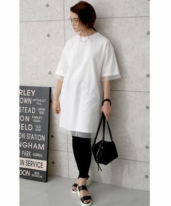 白Tシャツワンピでモノトーンに恰好よくシンプルにきめましょう。オーガンジーの透け感が今年っぽい顔を魅せてくれます。