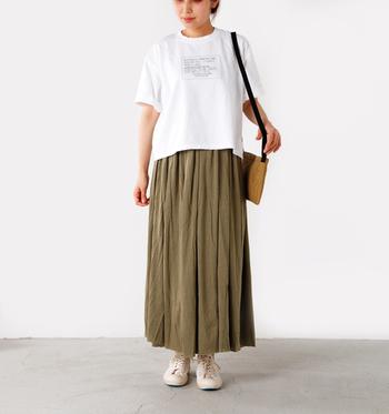五分袖Tシャツにロングスカートを合わせて動きやすいシンプルスタイル◎全体的にゆったりしたサイズ感でカジュアルな雰囲気を楽しんでくださいね♪
