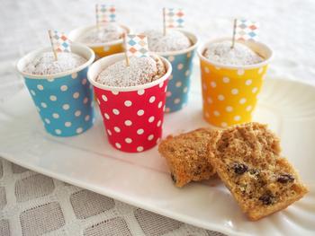 カラフルな紙コップを使ったカップケーキは、取り分ける手間も省けて持ち運びが簡単なのも嬉しい。カップを使えば、型崩れする心配もないので安心して挑戦できますね。