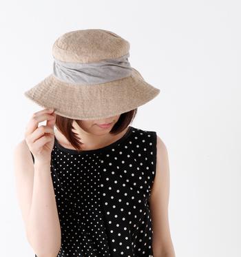 自然な風合いたっぷりのジュートと頭部にぐるりと巻いたリネンのスカーフ生地の組み合わせが、ナチュラルで優しい雰囲気たっぷりのハット。  約9cmと大きめのプリムだから日差しをしっかりとカットしてくれるので、首元が開いたお洋服を着ても紫外線対策できちゃいます。 裏地はメッシュになっているため通気性も良く、被り心地も軽いので毎日の外出の際に使いたいアイテム。  可愛らしさと女性らしさ、そして機能性を持ち合わせたデザインは、デイリーから旅行などにも持っていきたいですね。