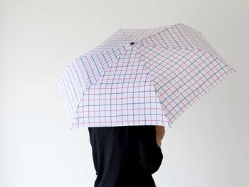 全体を守るには、やっぱり日傘。暑さも軽減してくれますし、すっぽりと覆ってくれるところも安心ですよね。  Dankeの折りたたみ傘は、UV加工が施されているので日傘として使用できるほか、雨の日も使えます◎収納袋には吸水素材を使用しているので、電車や車などに乗る際に、一時的に傘を濡れたまま袋にしまうこともできちゃいます。オシャレでポップなデザインが多いので、気分も明るくなりますよ。  晴れの日も、雨の日も役立つ一石二鳥なアイテム。梅雨から夏に向けては手放せないですね。