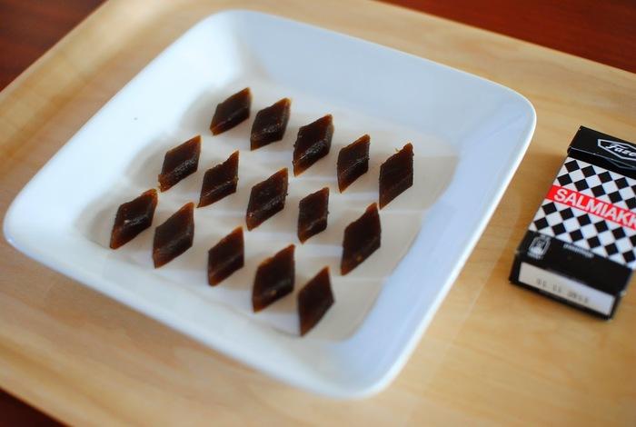 写真は、店名にもなっているグミキャンディー「サルミアッキ」。日本では、「世界一マズい飴」と呼ばれているそうです。食べてみたいような・・・・。右がお店で売っているサルミアッキで、左側がオーナーご自身が材料を揃えて作ってみたものなのだそうです!