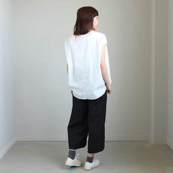シンプルなヤエカのシャツに、ブラックのパンツを合わせた夏のモノトーンコーディネート。上下ゆるシルエットのアイテムでも、シックな色使いのコーディネートで大人っぽくまとめています。