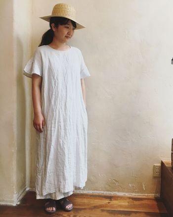 べっとり暑い、湿度の高い日本の夏には、目にも涼しいスタイルでお出かけがしたい♪ロング丈のネストローブのワンピースは、女性らしいスリーブがポイントです。ストローハットを被って、とことんナチュラルなコーディネートを楽しんで。