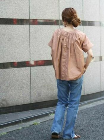 バックデザインがアクセントになった、ブラウスにブーツカットのデニムを合わせた上級者コーデ。程よくルーズなスタイリングがとっても今っぽくて洗練された大人の着こなしです。
