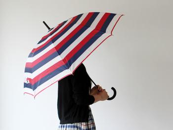 開閉しやすいジャンプ傘。簡単に傘を差すことができるので、片手が空いてない時や、お子様の手が離せない時なども楽々使うことができ、使いやすさは抜群です。  Dankeのデザインはとても豊富で、ボーダーやチェック、千鳥格子など様々な柄が揃います。 持ち手も、グリップ感のあるラバーコーティングを施しており、握りやすく高級感があります。  明るくポップな柄の傘で、雨の日も楽しく過ごせそうです◎