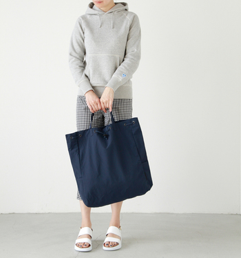 トートまたはリュックとして使える2wayナップサックです。 大容量入るこちらのバッグは、余計な装師を省いたシンプルなデザインで持ちやすく、替段使いとしてはもちろん荷物の多いシーンなど様々なシチュエーションで活躍してくれる便利なバッグです。 ドローコードを絞れば、巾着型にあり、中身の飛び出しを防いでくれます。