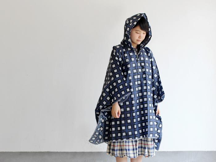 Dankeならではの、ポップなテキスタイルが印象的なレインポンチョ。  こちらは、腕のボタンを外せばレジャーシートに大変身する優れもの。雨の日だけでなく、晴れの日にも活躍してくれます。 ミニポーチ付きなので、お天気が不安定な日や旅先にも気軽に持ち歩けて便利。  傘同様、柄のデザインは豊富!雨の日もオシャレを楽しみましょう♪