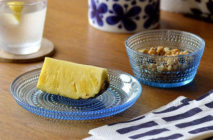 フィンランド語で「雫」という意味を持つKastehelmi(カステヘルミ)は、その名の通り、朝露のようにきらきらと輝き、テーブルに華を添えてくれます。果物やスイーツをそのまま乗せるだけでも特別な気分になれますよ。プレートは、フルーツやケーキはもちろん、サラダなどのお料理に使っても素敵。ボウルは、シリアルやヨーグルトのほか、ちょっとした前菜を盛り付けても◎。