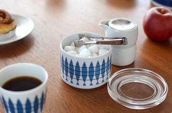 北欧テイストあふれる魚の絵柄は、スウェーデン料理には欠かせないニシンをモチーフにしています。1955年に発表され、今もなお高い人気を誇るデザインです。キャニスターはゴムパッキン付きの密閉容器なので、お砂糖などの調味料はもちろん、ジャムやピクルスなどを保存したり、小鉢として一品料理の盛り付けにも使えます。