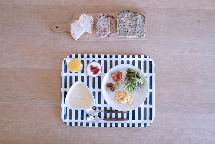 artek (アルテック)の代表的なファブリックパターンSIENA(シエナ)柄をモチーフにしたトレーは、おうちカフェにもってこい。スイーツはもちろん、ご覧のように朝食をセットし、ランチョンマットのようにそのままテーブルで使ってもOK♪