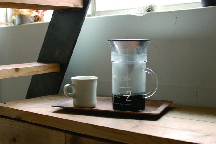 スローなコーヒーを楽しむためのメッセージが入った、実験器具のような耐熱ガラスジャグ。プラスチックブリューワーとステンレスフィルターがセットになっているので、いつでも簡単にスペシャルな一杯を楽しむことが出来ます。シンプルな美しさを兼ね備えたKINTOのコーヒーツールで、贅沢なひと時を味わって。