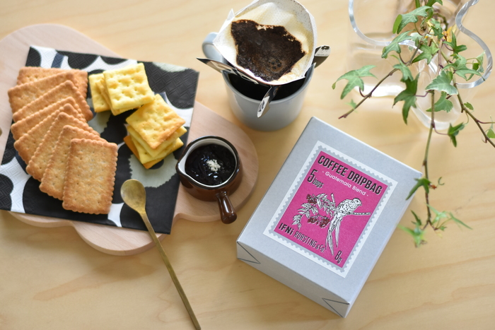 コーヒー1杯分の豆(8g)が5袋入ったドリップバッグ。必要なのは、やかんとコーヒーカップだけ。道具を準備することなく、おいしいコーヒーが手軽に飲めるのはうれしいですね。パッケージに描かれているのは、豆の原産国に住む動物たち。コーヒーの向こう側にある知らない国に思いをはせることができる、ユニークなアイディアです。