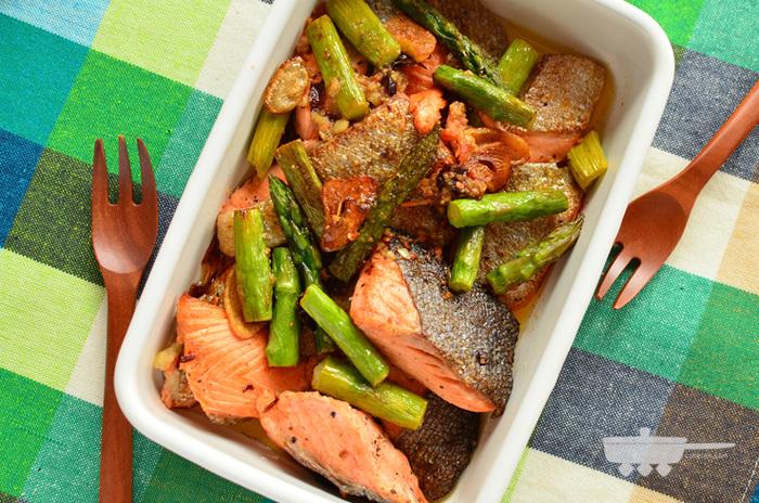下処理として、鮭の骨を抜き、塩とこしょうを揉み込んで、レモンを振りかけておきます。にんにくと赤唐辛子を種ごと炒めて、香りが出たら、鮭とアスパラを加えます。鮭の皮がカリッとしたら完成です。香ばしいにんにくも一緒に食べると美味しいですよ。