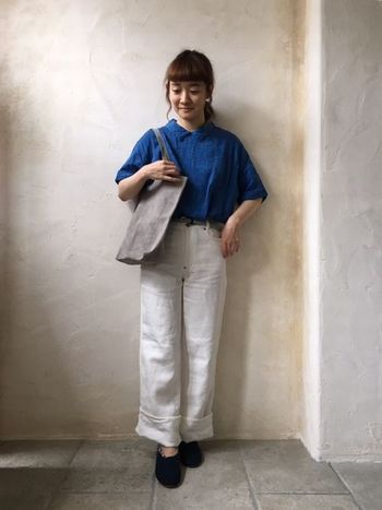 きちんと感のあるシャツも、ひじ丈&リネン素材ならばちょっとゆる~い雰囲気で着こなせますよ。ブルー×ホワイトの配色が爽やかで夏っぽいですね。