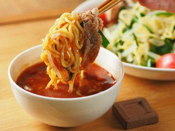 基本さっぱりなのにスパイシーで旨み、コクのある美味しいトマトつけ汁で、麺を美味しく食べられます。麺を増量する代わりに、もやしとにらをを入れて、お腹いっぱいになってももたれずに◎。 つけ汁は、無塩タイプのトマトジュースベースに、フレッシュトマトと玉ねぎを刻んで混ぜ、市販の濃縮麺つゆ、焼肉のタレ、ラー油とおろしニンニクで味付け。