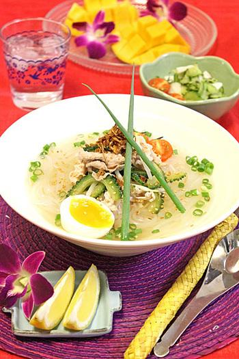 ナンプラーと鶏ガラスープ・レモンでエスニックなフォーです。 ゴーヤ&豚肉&もやしたっぷり夏フォ~は、1皿で栄養満点、スタミナ満点。あっさり優しいお味なので、子どもにも大好評♪