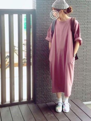 ダスティピンクが大人可愛い印象のマキシ丈のロングTシャツ。カラフルなスニーカーで遊び心をプラスしています。