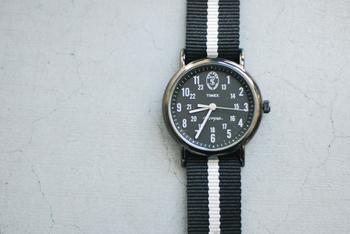 こちらはタイメックスのウィークエンダーをベースにトッド・スナイダーが好きだという1940年~50年代のミリタリーウォッチの特徴であるブラックフェイスを採用したスタイリッシュなコラボアイテム。すっきりとしたデザインで男女ともに人気のある時計になりました。